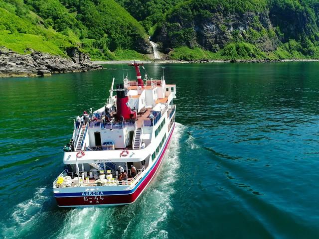 観知床光船「おーろら」カムイワッカの滝とおーろら後方 イメージ