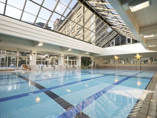【すいめいヘルスクラブ】見上げると空が広がる開放的な室内プール