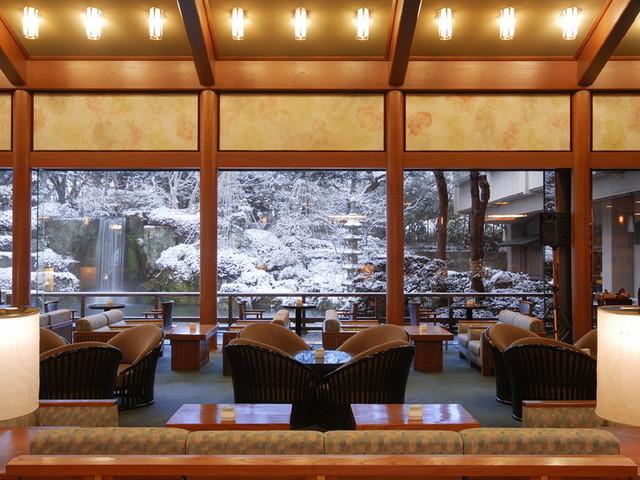 【ロビーラウンジ「エビアン」】雪景色の庭園が広がるロビーラウンジ