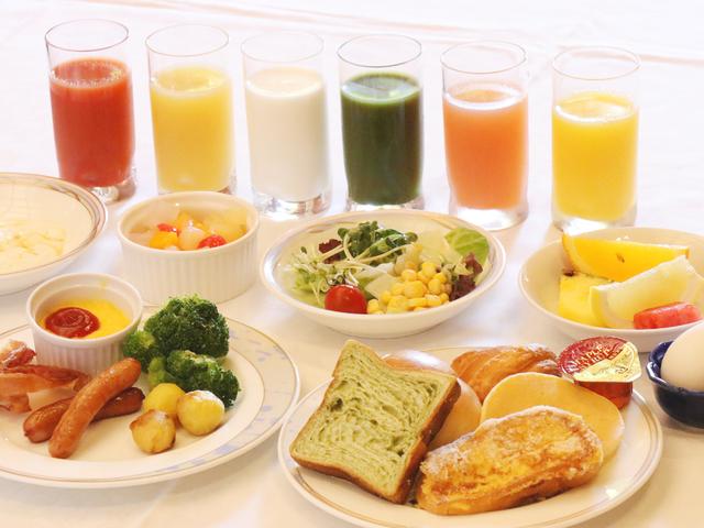 【朝食バイキング】和・洋の約30種が並ぶバイキング。目の前で焼くフレンチトーストが人気♪
