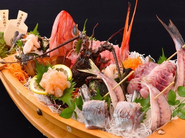 舟盛り 金目鯛やサザエ・地魚をふんだんに盛り込んだ豪華な舟盛りです