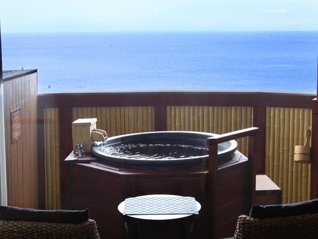 【客室露天風呂】1名様用の信楽焼の温泉露天風呂です。波音をBGMに、一面に広がる大海原を一人占め。