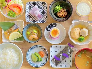 朝食御膳は元気に満ちた1日をお過ごし頂く為、地産食材を中心に品数多く揃えました。岡山をご賞味下さい。